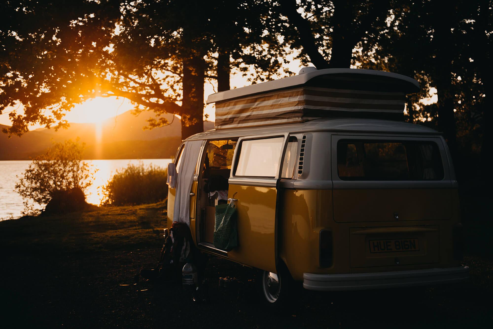 Husbil och solnedgång